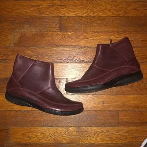 Clark's maroon leather ankle boots booties 9 soft